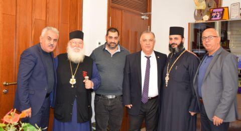 سيادة مطران الروم الارثوذكس كرياكوس يلتقي رئيس البلدية في ظل الأعياد