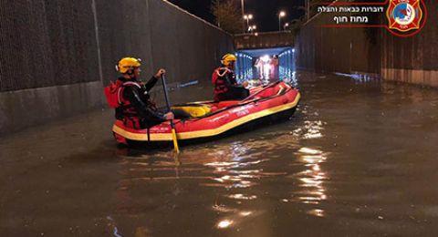 قوات الإنقاذ تخلّص سائقا غمرت المياه سيارته في نفق بالقرب من حيفا