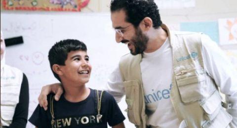 الممثل المصري أحمد حلمي يُسعد سكان مخيم للاجئين السوريين في الأردن