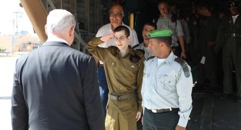الجنود الأسرى بغزة على طاولة