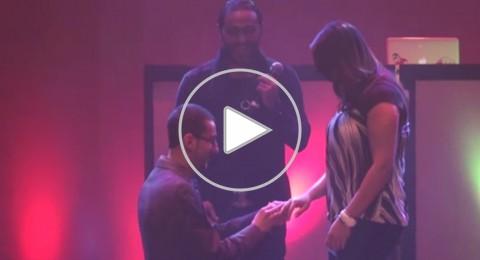 تامر حسني يعلن خطوبة شاب وفتاة بحفلة أحياها بامريكيا