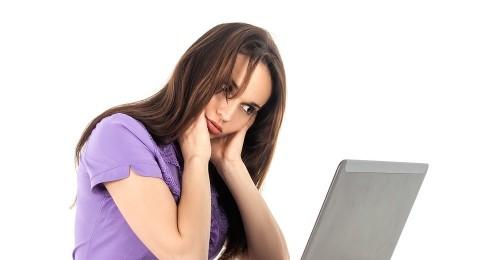 عناوين وسائل التواصل تسبّب التوتّر للنساء