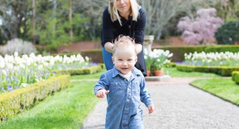 متى يقف الطفل الرضيع على رجليه؟