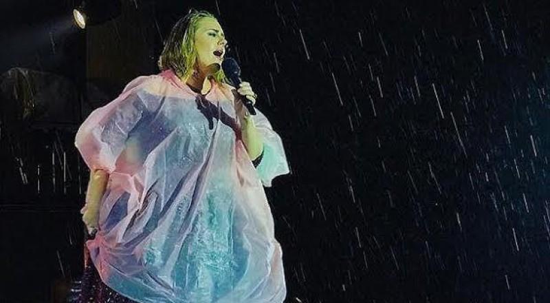 أديل تتحدى الجو في نيوزيلندا وتغنّي تحت المطر