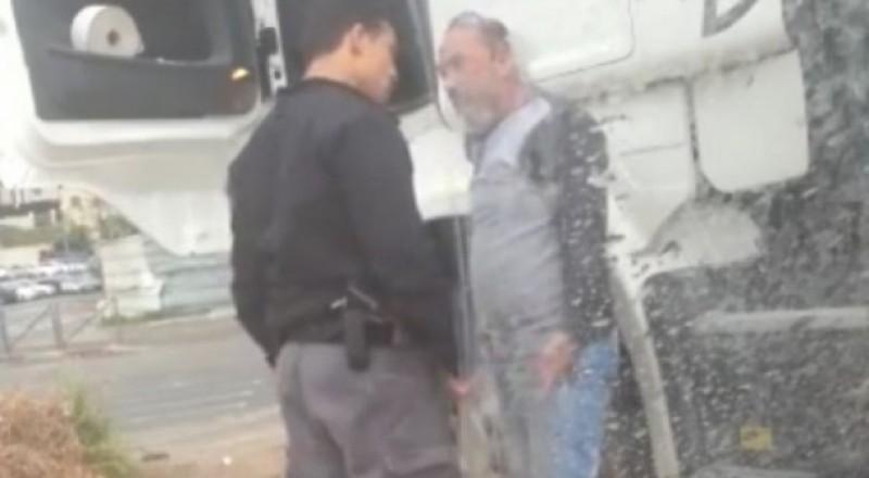 الافراج عن الشرطي الذي هاجم سائقًا مقدسيًا