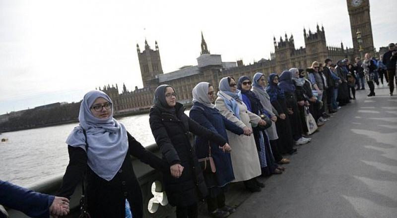 محجبات على جسر ويستمنستر احتجاجًا على الحادث الارهابي