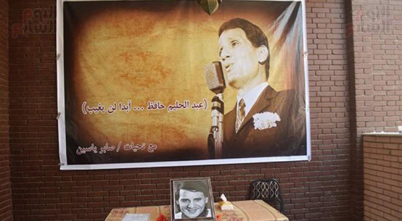 بالصور: جماهير عبدالحليم حافظ تتوافد لزيارة منزله وقبره في ذكرى وفاته الـ40