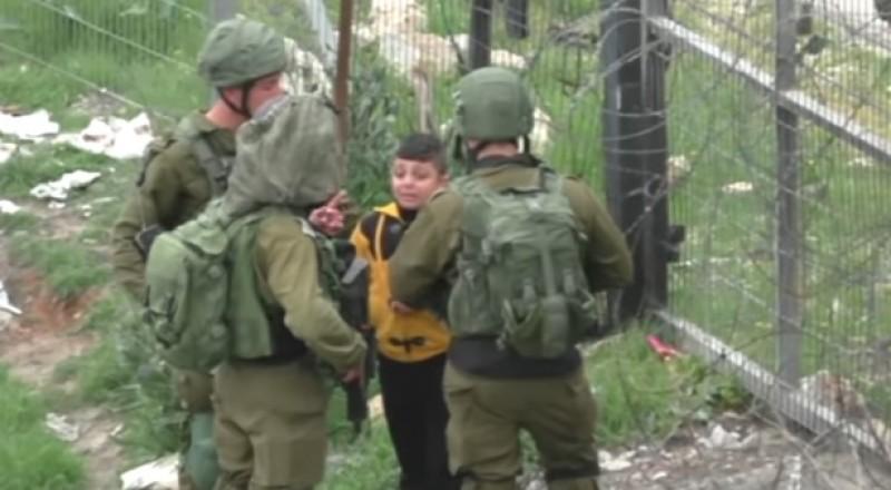 جنود إسرائيليون يلقون القبض على طفل فلسطيني عمره 8 سنوات