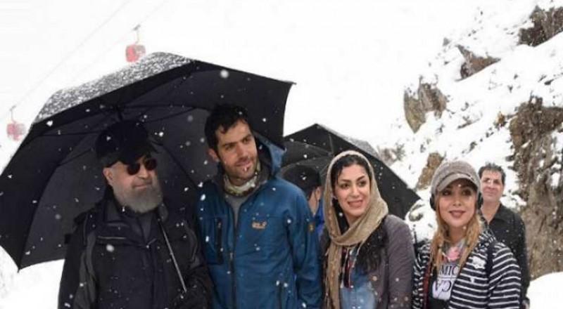 صورة روحاني مع شابتين تثير ضجة في الشارع الإيراني