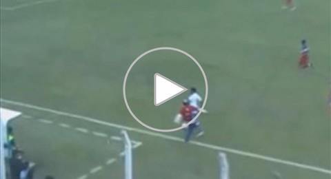 مدرب يعرقل لاعب بطريقة كوميدية في الدوري الارجنتيني