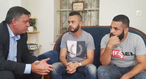 آفي غباي رئيس حزب العمل يزور الشباب الشفاعمريين الذين تم الإعتداء عليهم في كريات حاييم