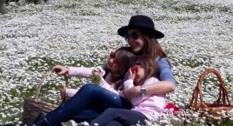نانسي تخطف الأنظار مع ابنتيها بإطلالة ربيعية