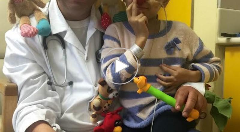 المهرج الطبي الحيفاوي محاميد يفرح الطفلة الغزية نور بعد عمليتها