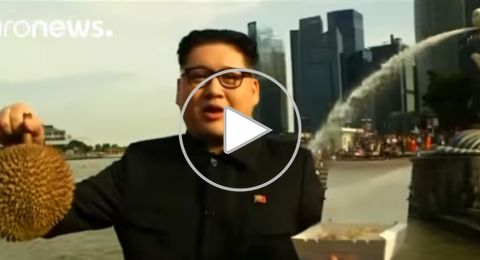 ظهور مفاجئ وغريب لشبيه كيم في سنغافورة