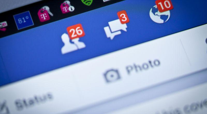 مستخدم يعرض بياناته على فيسبوك للبيع في مزاد علني