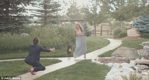 عروس تتعرض لموقف مضحك في زفافها