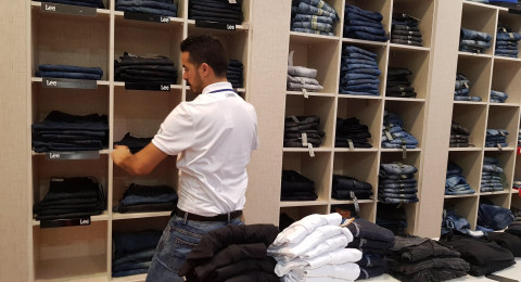 رغم أنها فترة شراء ملابس للعيد والمدرسة، إلّا أن الإقبال على محلات الملابس بأم الفحم ضعيف جدًا