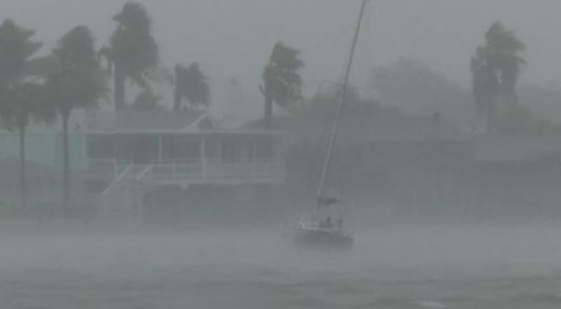 سببه التغير المناخي .. 9 قتلى ومئات المصابين والمشردين في جراء اعصار هارفي الذي يضرب أمريكا