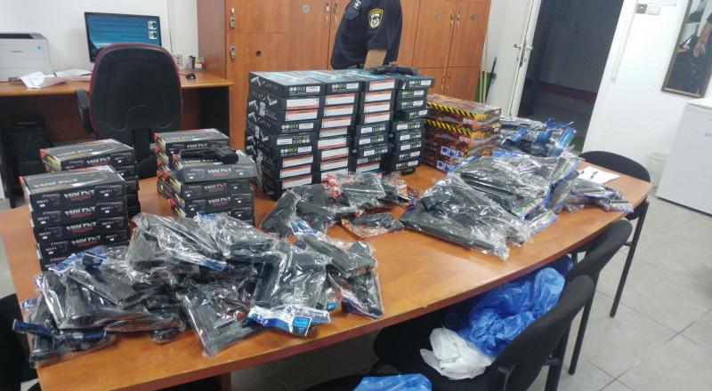 عشية عيد الاضحى: الشرطة تداهم عشرات المتاجر وتضبط كمية كبيرة من المفرقعات والالعاب النارية
