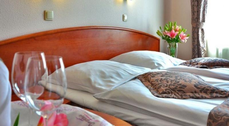 فنان شهير وجد مقتولاً في الفندق مع عشيقته!