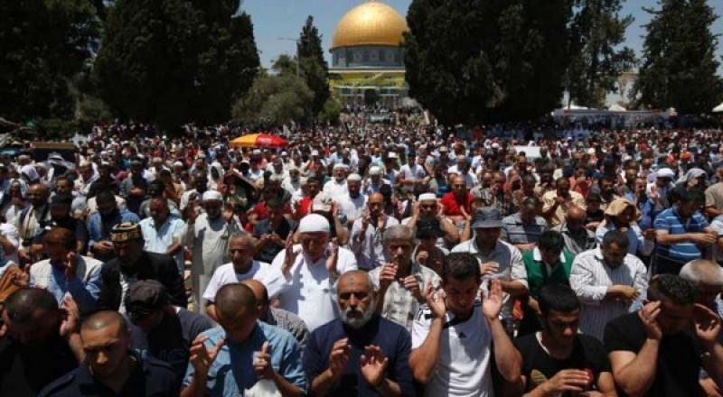 آلاف المصلين يؤدون صلاة العيد في المسجد الاقصى