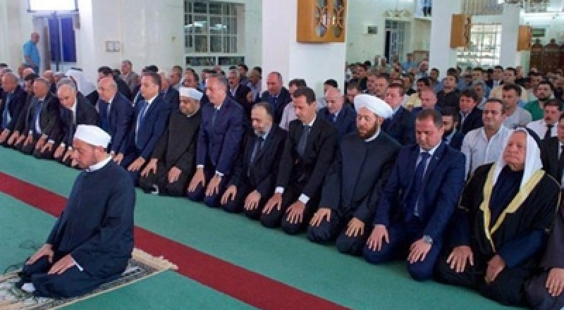 الأسد يؤدي صلاة العيد في القلمون، وإمام المسجد: تتوجون الانتصار العظيم