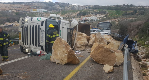 انقلاب شاحنة محملة بالصخور قرب كسرى وإصابة سائقها