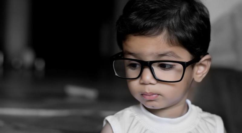 كيف تعرف أن طفلك مصاب بضعف النظر؟