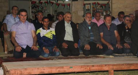 عارة: العشرات يؤدون صلاة التراويح في خيمة الكرامة المناصرة للاسرى