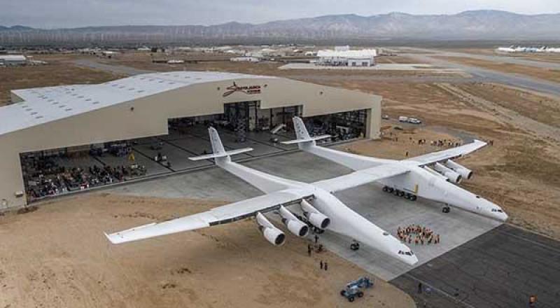 شاهدوا، طائرة بحجم ملعب كرة قدم تخرج إلى العلن