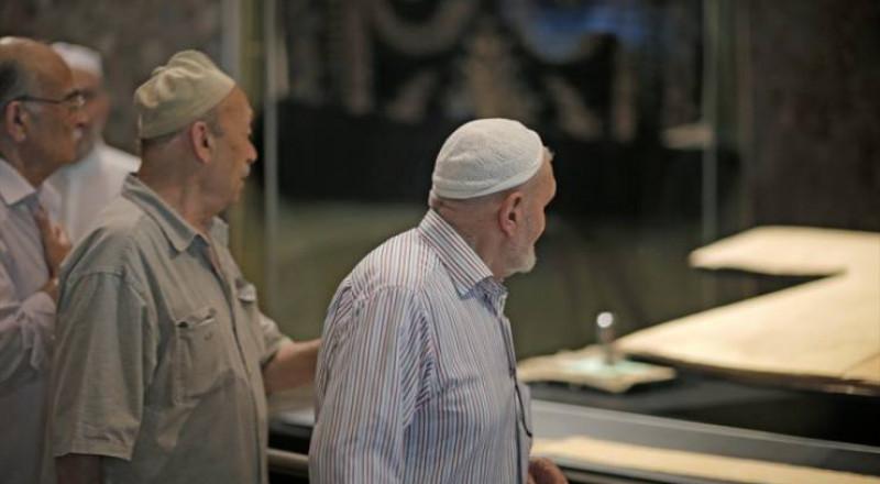 الأتراك يلقون نظرة على بُردة النبي محمد