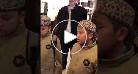 طفلان إندونيسيان يظهران قدرات فائقة في حفظ القرآن الكريم عن ظهر قلب