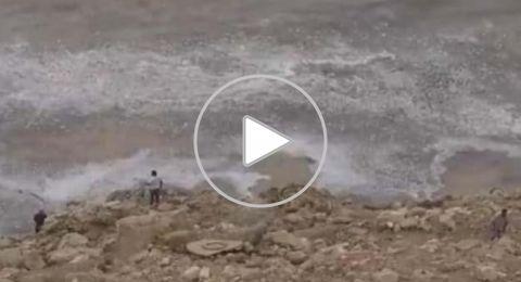 شاهد كيف غامر رجل بحياته لإنقاذ طفل من غرق