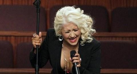 كريستينا اغويليرا تتعرض الى موقف محرج في جنازة المغنية إيتا جيمس