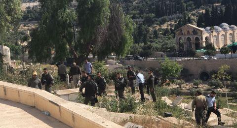 مقدسيون يتصدون لشرطة الاحتلال في مقبرة باب الرحمة