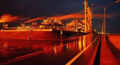 النفط يقلص مكاسبه ومخاوف إيران تدعم السوق