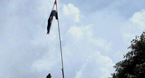 العلم السوري يرتفع في مخيّم اليرموك