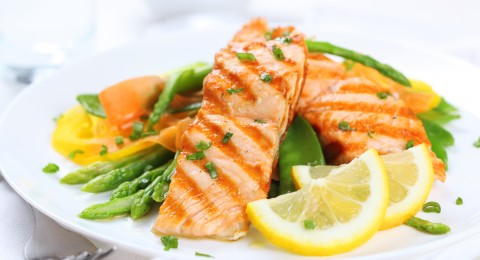 طبق اليوم: سمك السلمون بالليمون والثوم والهليون