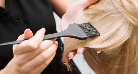 دراسة تربط صبغ الشعر بسرطان الثدي