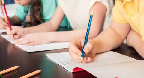 أطفالنا باتوا غير قادرين على الإمساك بالقلم بشكل صحيح