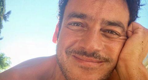 """خالد ابو النجا في صور صادمة من غير ملابس… ويعلق: """"أنا الطبيعة""""!"""