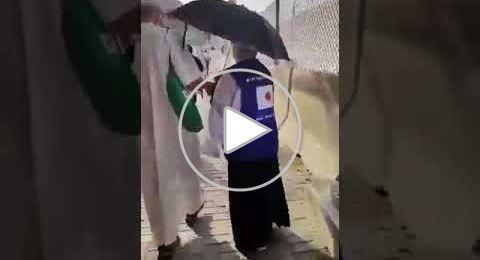 حاجان يابانيان يتطوعان في جمع المخلفات من شوارع مكة