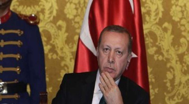 شاهد.. وزير الخزانة صهر أردوغان يغلب عليه النعاس خلال كلمة الرئيس التركى