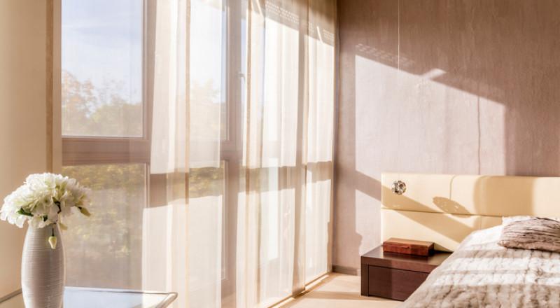 لعبة الضوء والعتمة في الديكور مع الستائر المظلّلة