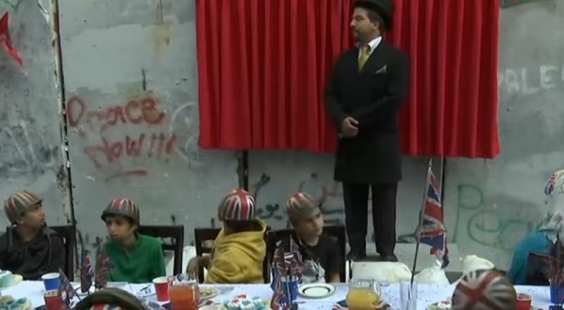 فنان بريطاني ينظم حفل اعتذار عن