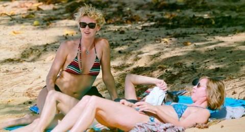 تشارليز ثيرون تستعرض قوامها على شاطئ هاواي