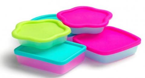 بهذه الطريقة تتخلّصين من رائحة الطعام بالعلب البلاستيكية