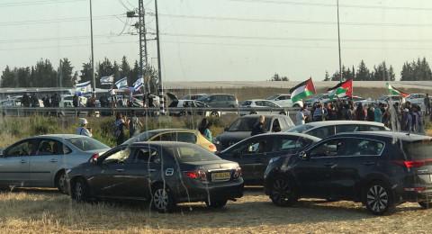 اعتقال شاب بمسيرة العودة، وتظاهرة يهودية بأعلام إسرائيل مقابل المشاركين العرب