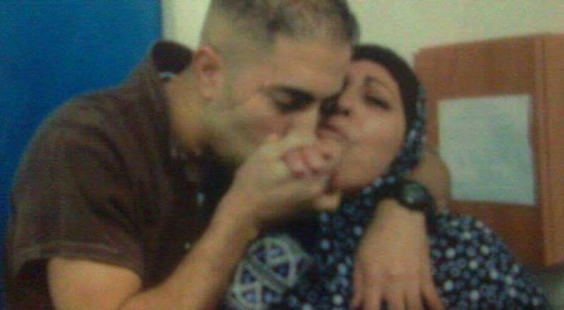 وفاة والدة أحد الأسرى المضربين عن الطعام