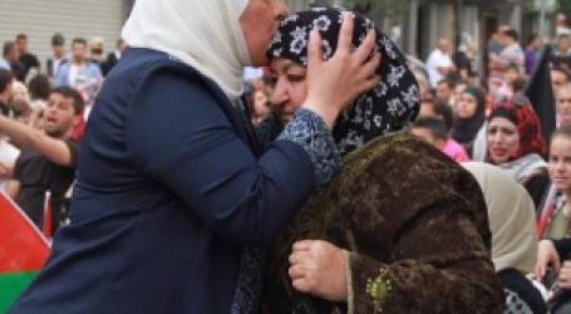 والدة شهيد واربعة أسرى تواصل اضرابها عن الطعام لليوم